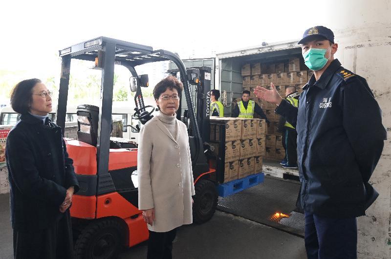 圖示林鄭月娥(中)與食物及衞生局局長陳肇始教授(左)在深圳灣口岸視察現時貨物通關的情況。