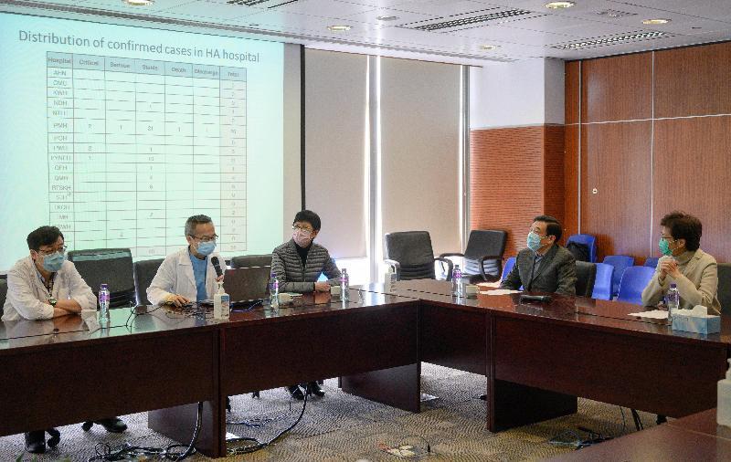 圖示林鄭月娥(右一)在醫院管理局主席范鴻齡(右二)陪同下到訪瑪嘉烈醫院傳染病中心,聆聽醫護人員介紹醫院應對疫情的工作。