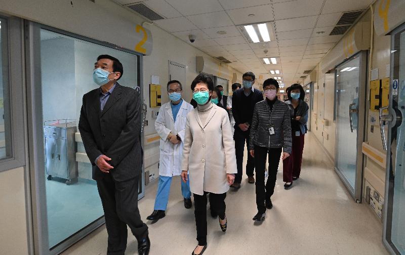 圖示林鄭月娥(左三)在醫院管理局主席范鴻齡(左一)陪同下在瑪嘉烈醫院傳染病中心視察正進行內部改建工程的隔離病房,了解設施運作。