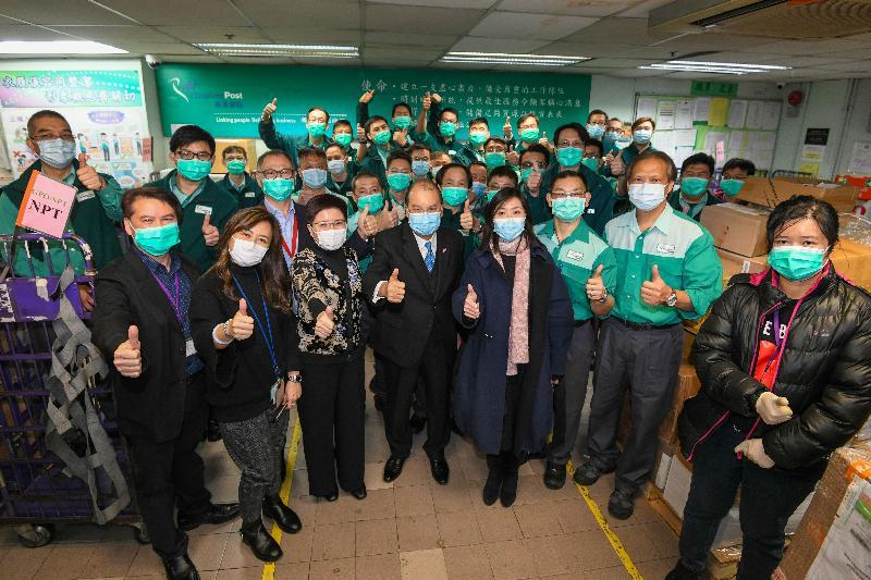 政務司司長張建宗今日(二月十七日)到訪香港郵政。圖示張建宗(前排左四)、郵政署署長朱曼鈴(前排右四)、郵政署副署長區惠賢(前排左三)與郵政署人員合照。