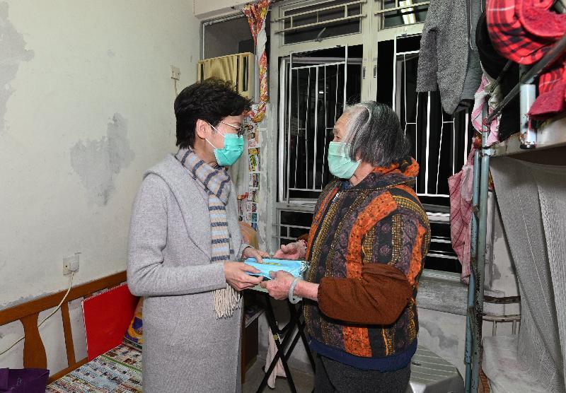 行政長官林鄭月娥(左)今日(二月十七日)傍晚到訪藍田德田邨,派發口罩、食物、健康資訊單張及其他物資予獨居長者,並向他們送上問候。