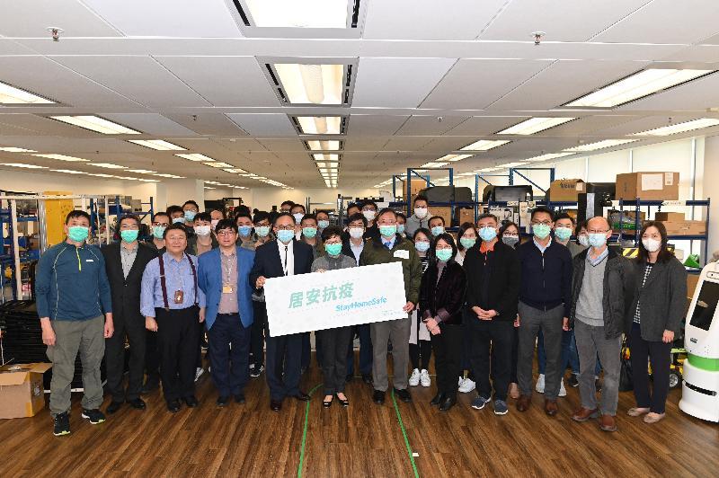 行政長官林鄭月娥今日(二月二十日)下午探訪香港科學園內的物流及供應鏈多元技術研發中心,聽取負責人介紹該公司為政府研發和生產用於家居檢疫的電子手環的工作。圖示林鄭月娥(前排左六)、創新及科技局局長楊偉雄(前排左五)與該企業的員工合照。