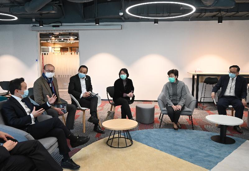 行政長官林鄭月娥(右二)今日(二月二十日)下午探訪香港科學園內的物流及供應鏈多元技術研發中心,聽取負責人介紹該公司為政府研發和生產用於家居檢疫的電子手環的工作。她亦與園內一些科技初創企業的負責人交流,了解他們的營運情況。