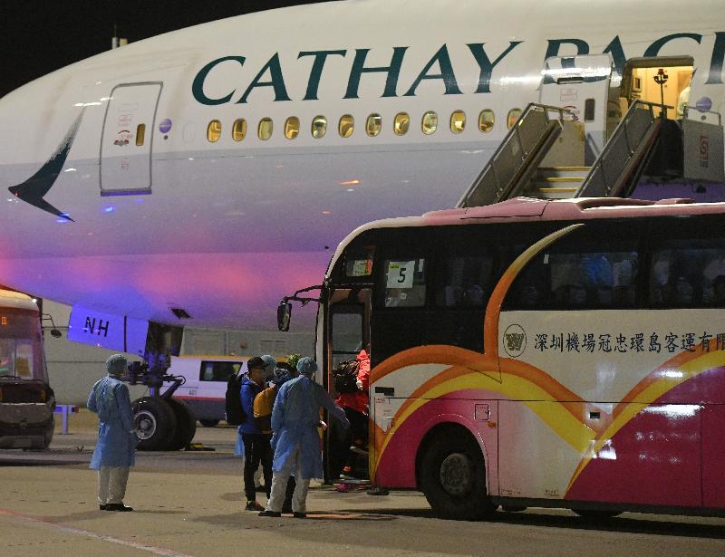 由香港特別行政區政府安排接載「鑽石公主號」郵輪上的香港居民的第二班包機今日(二月二十二日)凌晨抵達香港。圖示離開包機的香港居民登上旅遊巴士。