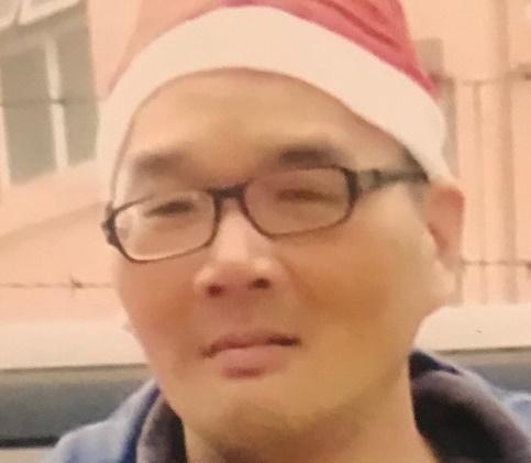 五十六歲男子陳友祥身高約一點七五米,體重約七十二公斤,中等身材,圓面型,黃皮膚及蓄黑短髮。他最後露面時戴黑框眼鏡,身穿黑色外套、藍色長袖上衣、黑色長褲及紅白色運動鞋。