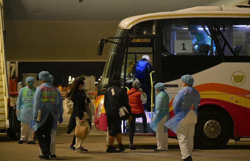 由香港特別行政區政府安排接載「鑽石公主號」郵輪上的香港居民的第三班包機已於今日(二月二十三日)上午抵達香港。圖示離開包機的香港居民登上旅遊巴士。