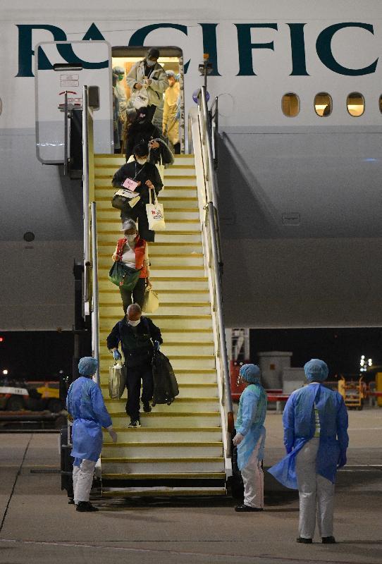 由香港特別行政區政府安排接載「鑽石公主號」郵輪上的香港居民的第三班包機已於今日(二月二十三日)上午抵達香港。圖示該五名香港居民離開包機。