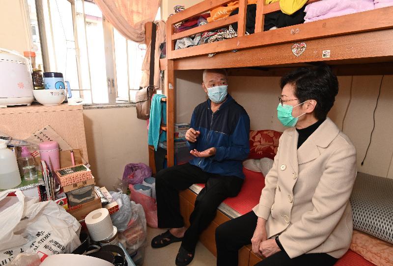 行政長官林鄭月娥(右)今日(二月二十五日)下午到訪深水埗,向居於「劏房」的長者派發口罩等防疫用品。