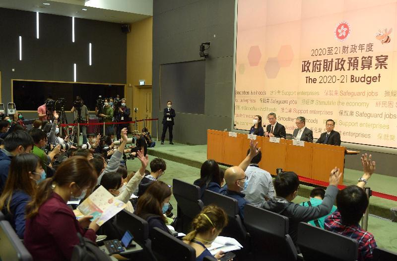 財政司司長陳茂波(左二)今日(二月二十六日)下午在添馬政府總部舉行二零二零至二一年度《財政預算案》記者會,並回應提問。