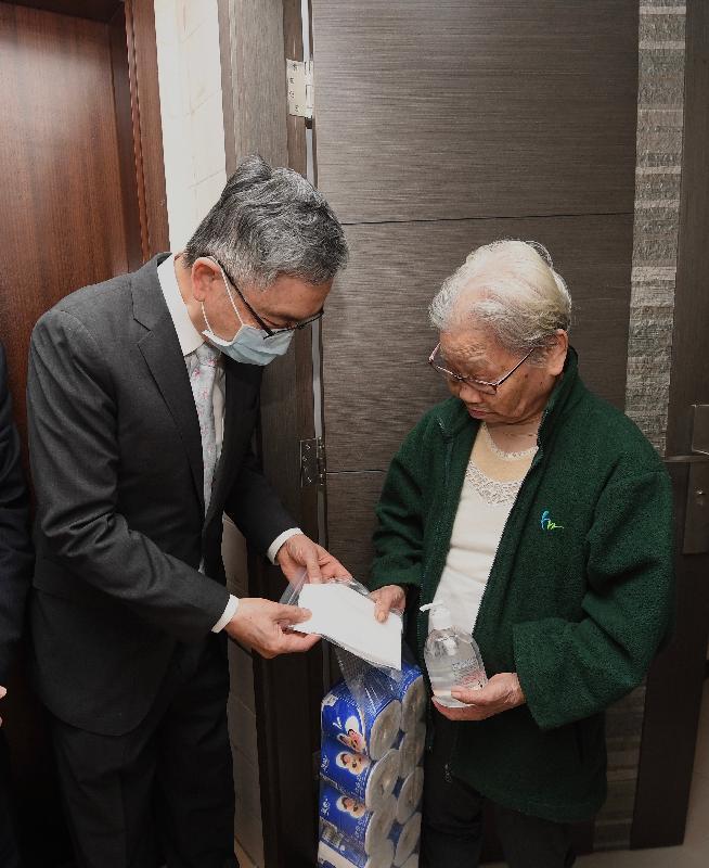 財經事務及庫務局局長劉怡翔(左)今日(二月二十八日)到中西區探訪長者,向他們派發口罩等防疫物資。