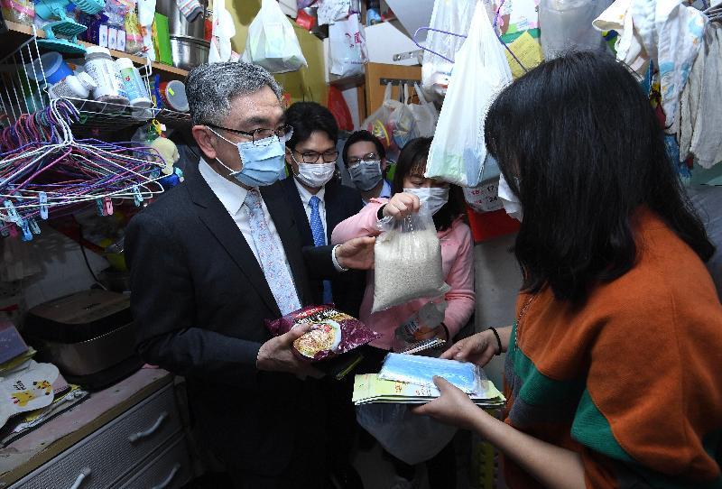 財經事務及庫務局局長劉怡翔(左一)和副局長陳浩濂(左二)今日(二月二十八日)到深水埗區探訪新來港家庭,向他們送贈防疫包和口罩。