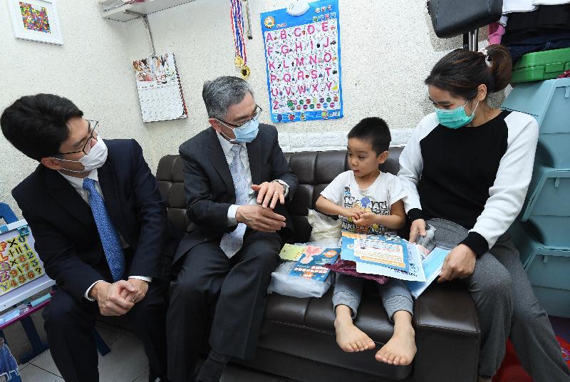 財經事務及庫務局局長劉怡翔(左二)和副局長陳浩濂(左一)今日(二月二十八日)到深水埗區探訪新來港家庭,向他們送贈防疫包和口罩。