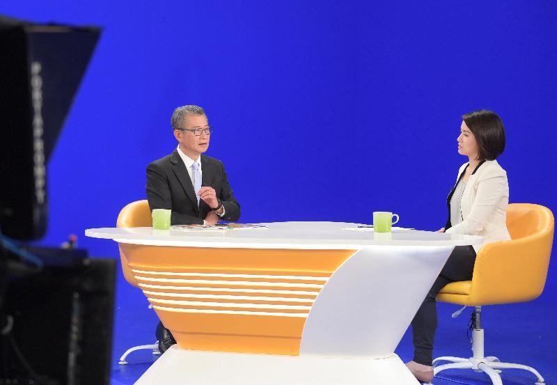 財政司司長陳茂波(左)今日(三月一日)上午出席無綫電視節目《講清講楚》,回應有關二零二零至二一年度《財政預算案》的提問。