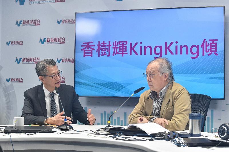 財政司司長陳茂波(左)今日(三月二日)上午出席新城財經台節目《香樹輝King King傾》,回應有關二零二零至二一年度《財政預算案》的提問。
