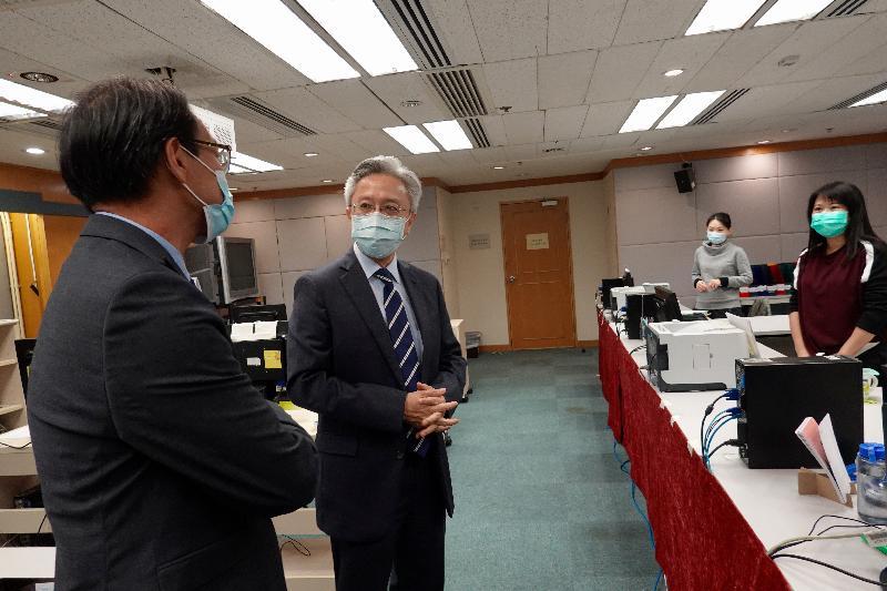 公務員事務局局長羅智光(左二)今日(三月二日)到訪法定語文事務部,了解法定語文事務部採取的防疫措施。