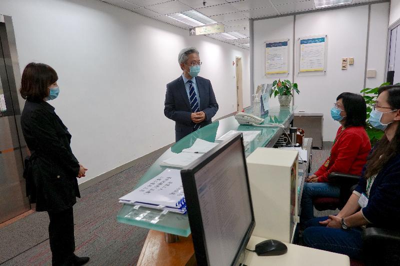 公務員事務局局長羅智光(左二)今日(三月二日)到訪公務員培訓處,了解培訓處採取的防疫措施。