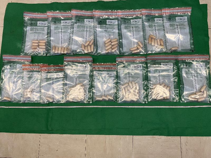 香港海關從一名三月一日飛抵香港國際機場的男旅客檢獲約一千一百七十克懷疑可卡因,估計市值約一百三十萬元。