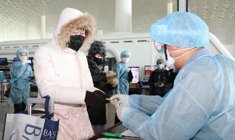 入境事務處人員今日(三月四日)在武漢天河國際機場為滯留在湖北省的香港居民作登記,協助他們登上回港的專機。