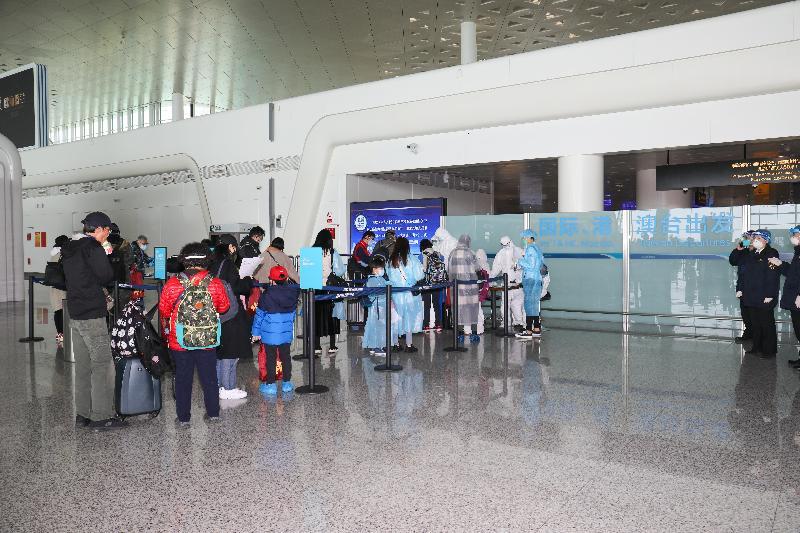香港特別行政區政府今日(三月四日)安排首批專機,接載滯留在湖北省的香港居民回港,圖示乘坐包機的港人在武漢天河國際機場辦理離境手續。