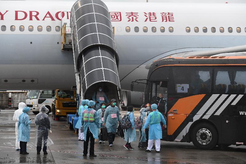 滯留湖北省的香港居民今日(三月四日)乘搭香港特別行政區政府安排的KA8851專機順利抵港,並隨即登上旅遊巴士前往隔離設施。