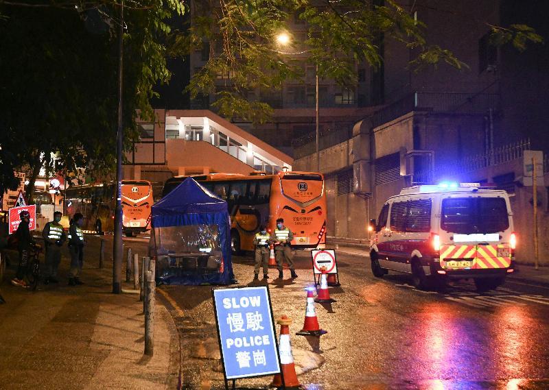 接載今日(三月四日)從湖北省返港的香港居民的旅遊巴士駛往隔離設施。