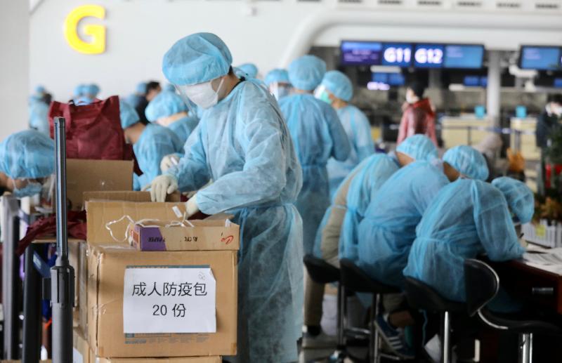 入境事務處人員今日(三月五日)上午抵達武漢天河國際機場後,着手準備為乘搭專機回港滯留在湖北省的港人作登記,包括準備抗疫用品派發予他們。