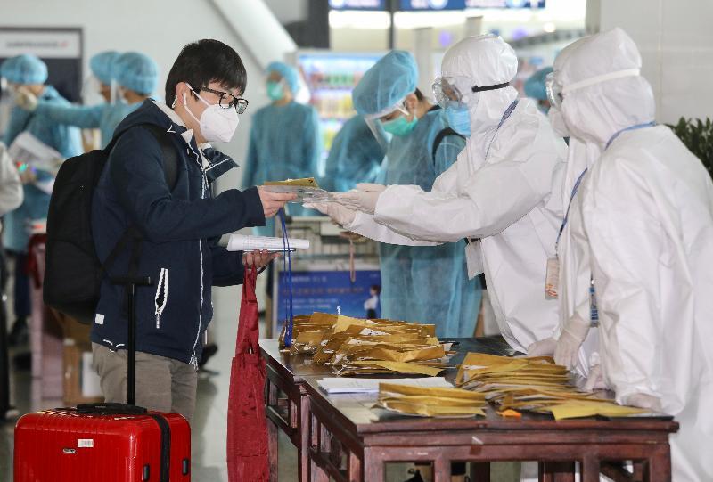 航空公司人員今日(三月五日)上午在武漢天河國際機場向滯留在湖北省的港人派發機票,他們下午將乘坐專機回港。