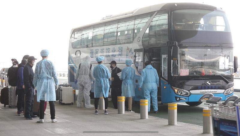 滯留湖北省的香港居民今日(三月五日)乘坐旅遊巴士抵達武漢天河國際機場,準備登上專機回港。
