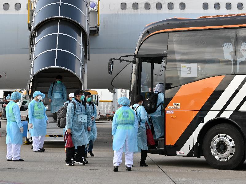 滯留湖北省的香港居民今日(三月五日)乘搭香港特別行政區政府安排的專機順利抵港,並隨即登上旅遊巴士前往隔離設施。