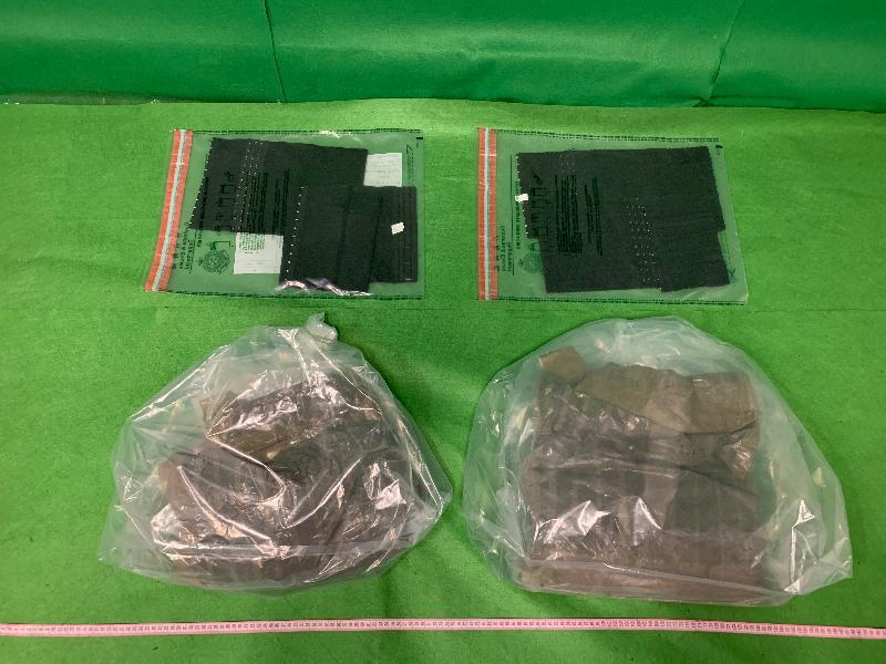 香港海關今日(三月六日)在香港國際機場檢獲約三點二公斤懷疑冰毒及約八點三公斤懷疑可卡因,估計市值共約一千萬元。圖示檢獲的懷疑可卡因。