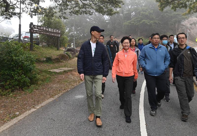 The Chief Executive, Mrs Carrie Lam (front row, second left), accompanied by the Secretary for the Environment, Mr Wong Kam-sing (front row, first left), and the Director of Agriculture, Fisheries and Conservation, Dr Leung Siu-fai (front row, second right), visited Tai Mo Shan Country Park this morning (March 7) to learn more about the management of the park amid the epidemic.