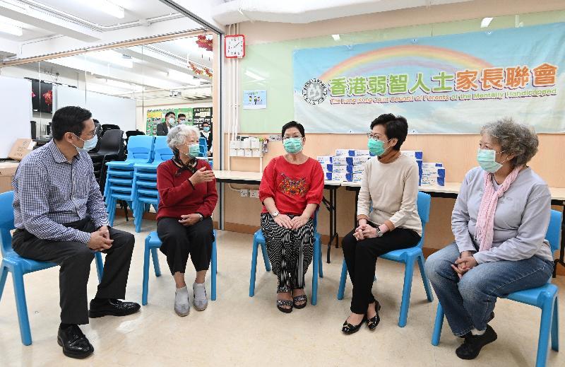 行政長官林鄭月娥(右二)今日(三月十四日)下午到深水埗探訪香港弱智人士家長聯會,並將一些外界早前捐贈予特區政府的口罩轉送給他們。