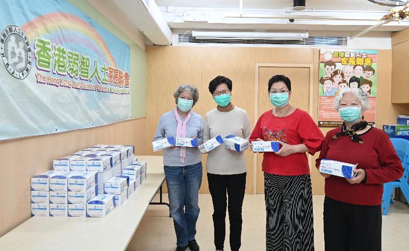 行政長官林鄭月娥(左二)今日(三月十四日)下午到深水埗探訪香港弱智人士家長聯會,並將一些外界早前捐贈予特區政府的口罩轉送給他們。