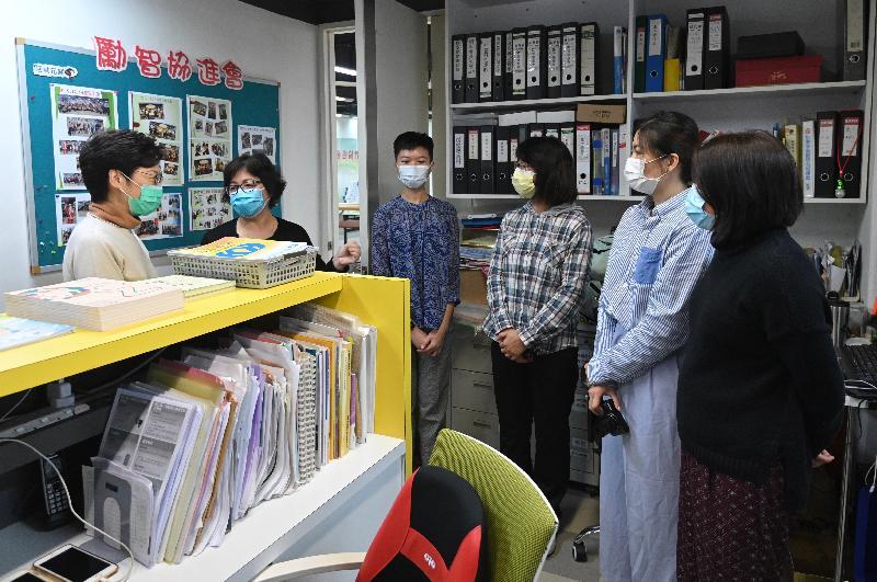 行政長官林鄭月娥(左一)今日(三月十四日)下午到深水埗探訪勵智協進會,並將一些外界早前捐贈予特區政府的口罩轉送給他們。