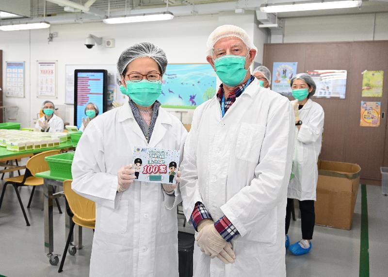 行政長官林鄭月娥今日(三月十五日)到訪懲教署羅湖懲教所。圖示林鄭月娥(左)與最年長、年屆80多歲的義工合照。