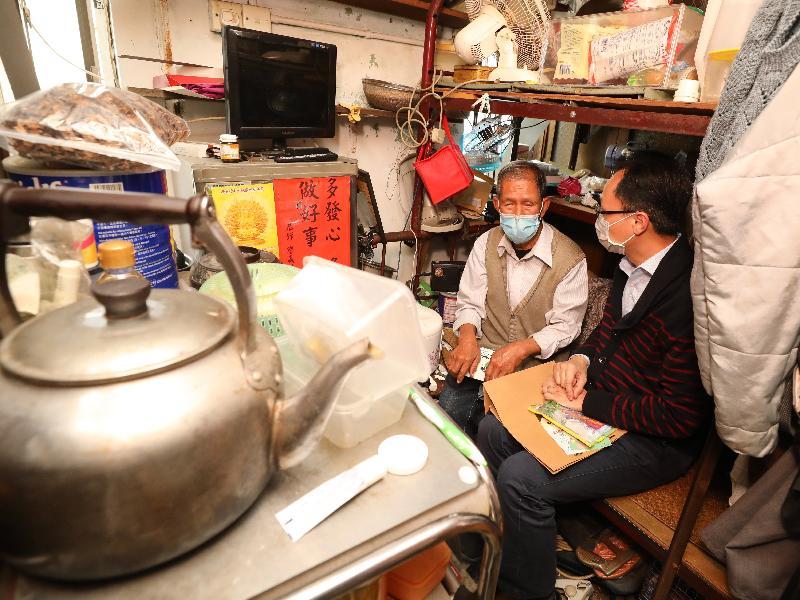 政制及內地事務局局長聶德權(右)今日(三月十九日)到訪深水埗區,探訪區內獨居長者,向他了解疫情對生活的影響。