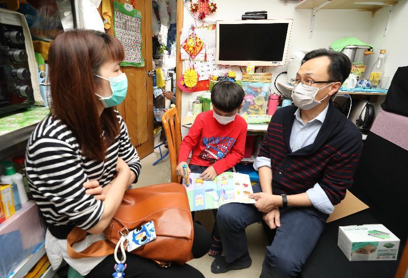 政制及內地事務局局長聶德權今日(三月十九日)到訪深水埗區。圖示聶德權(右一)與新來港家庭交談,了解疫情下他們的生活和需要。
