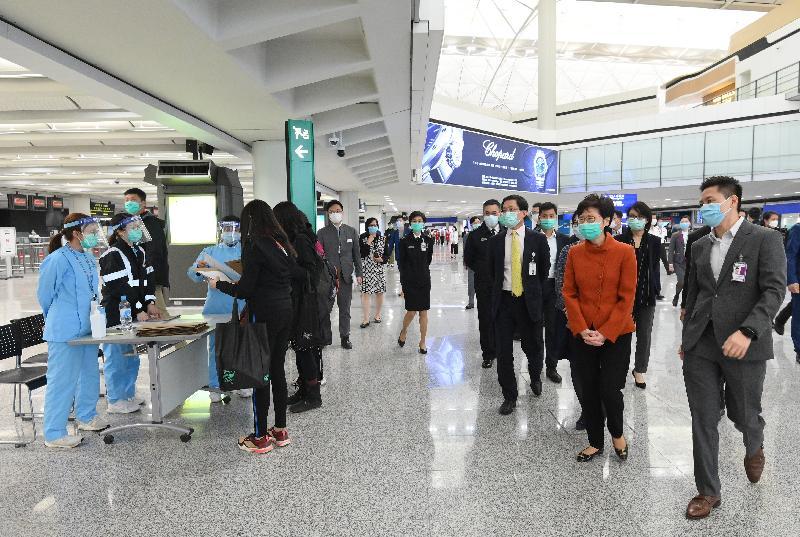 行政長官林鄭月娥(右二)在香港機場管理局行政總裁林天福(右三)陪同下,今日(三月十九日)下午到香港國際機場,視察由今日凌晨起向所有從海外國家/屬地抵港的人士實施強制檢疫措施的情況。