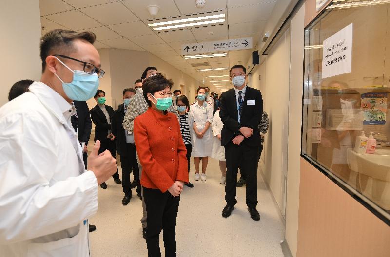 行政長官林鄭月娥(左二)今日(三月十九日)下午到北大嶼山醫院,了解醫管局計劃在該處設立檢測中心的準備工作。