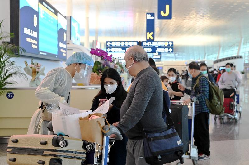 特區政府今日(三月二十五日)安排第二批專機,接載滯留在湖北省的香港居民回港。圖示乘坐首班專機回港的港人在武漢天河國際機場排隊準備登記。