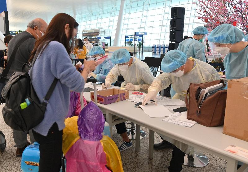 特區政府今日(三月二十五日)安排第二批專機,接載滯留在湖北省的香港居民回港。是次行動接載的港人有不少是有小孩的家庭。圖示一個家庭在入境事務處於武漢天河國際機場所設的櫃枱進行登記。