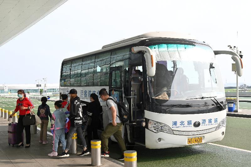 特區政府今日(三月二十五日)安排第二批專機,接載滯留在湖北省的香港居民回港。圖示乘坐今日第二架專機的港人抵達武漢天河國際機場。