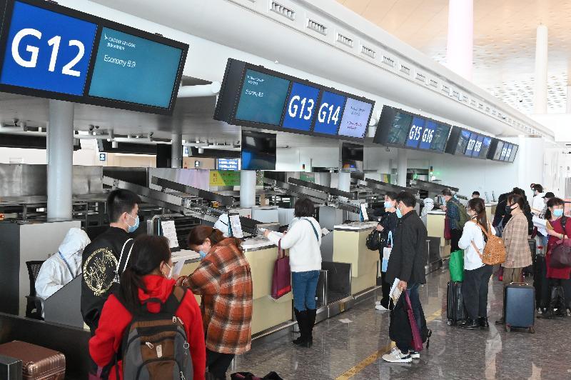 特區政府今日(三月二十五日)安排第二批專機,接載滯留在湖北省的香港居民回港。圖示乘坐今日第二架專機的港人在武漢天河國際機場辦理行李托運手續。