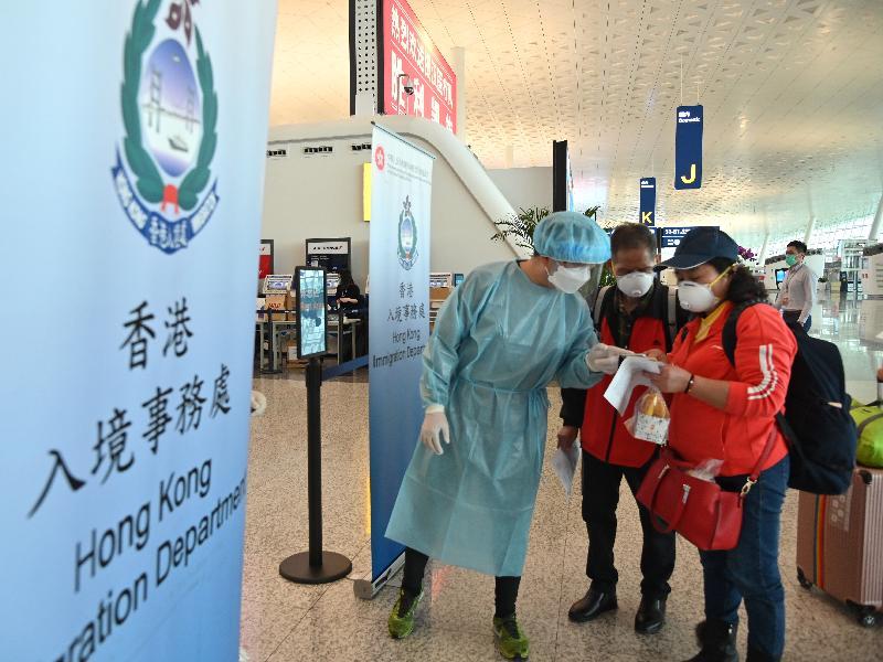 入境事務處人員今日(三月二十六日)在武漢天河國際機場,協助滯留在湖北省的香港居民乘搭回港的專機。