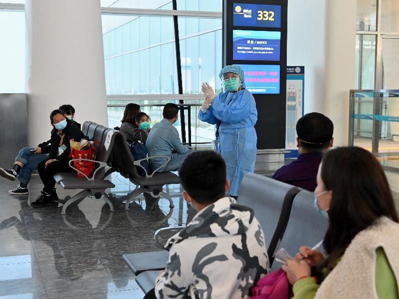 衞生署護士今日(三月二十六日)在武漢天河國際機場,向正在等候乘坐專機回港的香港居民展示正確的洗手方法。