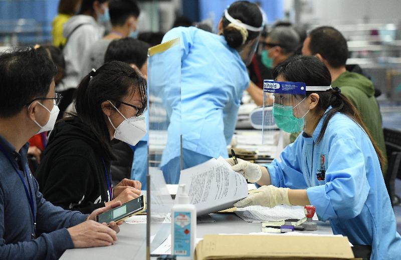 滯留湖北省的香港居民今日(三月二十六日)乘搭香港特別行政區政府安排的第二批專機順利抵港。圖示乘坐專機的香港居民抵港後聽取衞生署人員講解強制檢疫安排。
