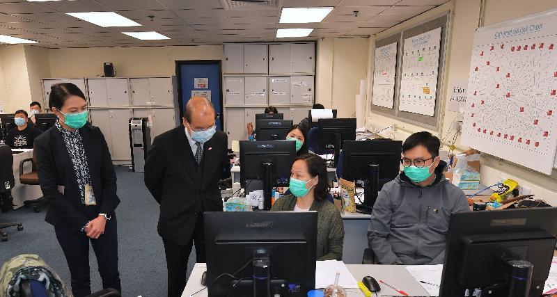 政務司司長張建宗今日(四月二日)下午到訪警察總部,了解警隊協助執行強制檢疫的工作。圖示張建宗(左二)在香港警務處刑事支援部總警司曾艷霜(左一)陪同下,視察「重大事件調查及災難支援系統」辦公室,並與負責系統分析工作的前線人員交談。
