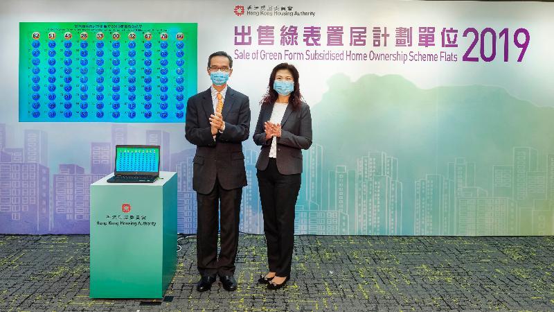 香港房屋委員會資助房屋小組委員會主席黃遠輝(左)今日(四月六日)在房屋署總產業測量師(房屋資助)鄺潔蓮陪同下,主持「出售綠表置居計劃單位2019」的電腦攪珠儀式,以決定申請者按其申請編號最後兩個數字而訂出的先後次序。
