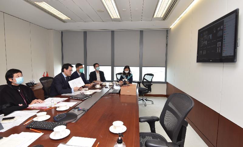 商務及經濟發展局局長邱騰華(左二)今日(四月九日)上午主持工業貿易諮詢委員會視像會議,向委員介紹進一步支援企業的措施,並討論其他業界關注議題。出席會議的還有商務及經濟發展局常任秘書長(工商及旅遊)利敏貞(左一)。