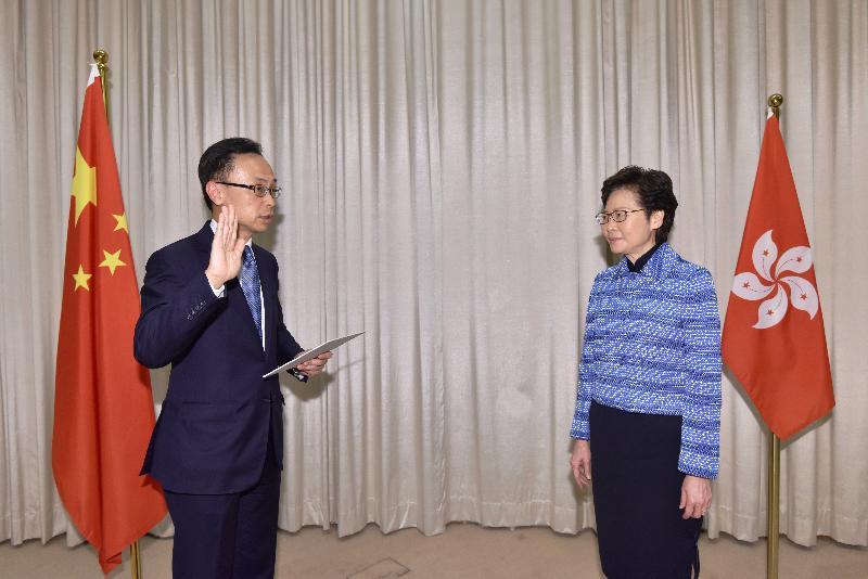 新任公務員事務局局長聶德權(左)今日(四月二十二日)在行政長官林鄭月娥(右)監誓下宣誓就職。